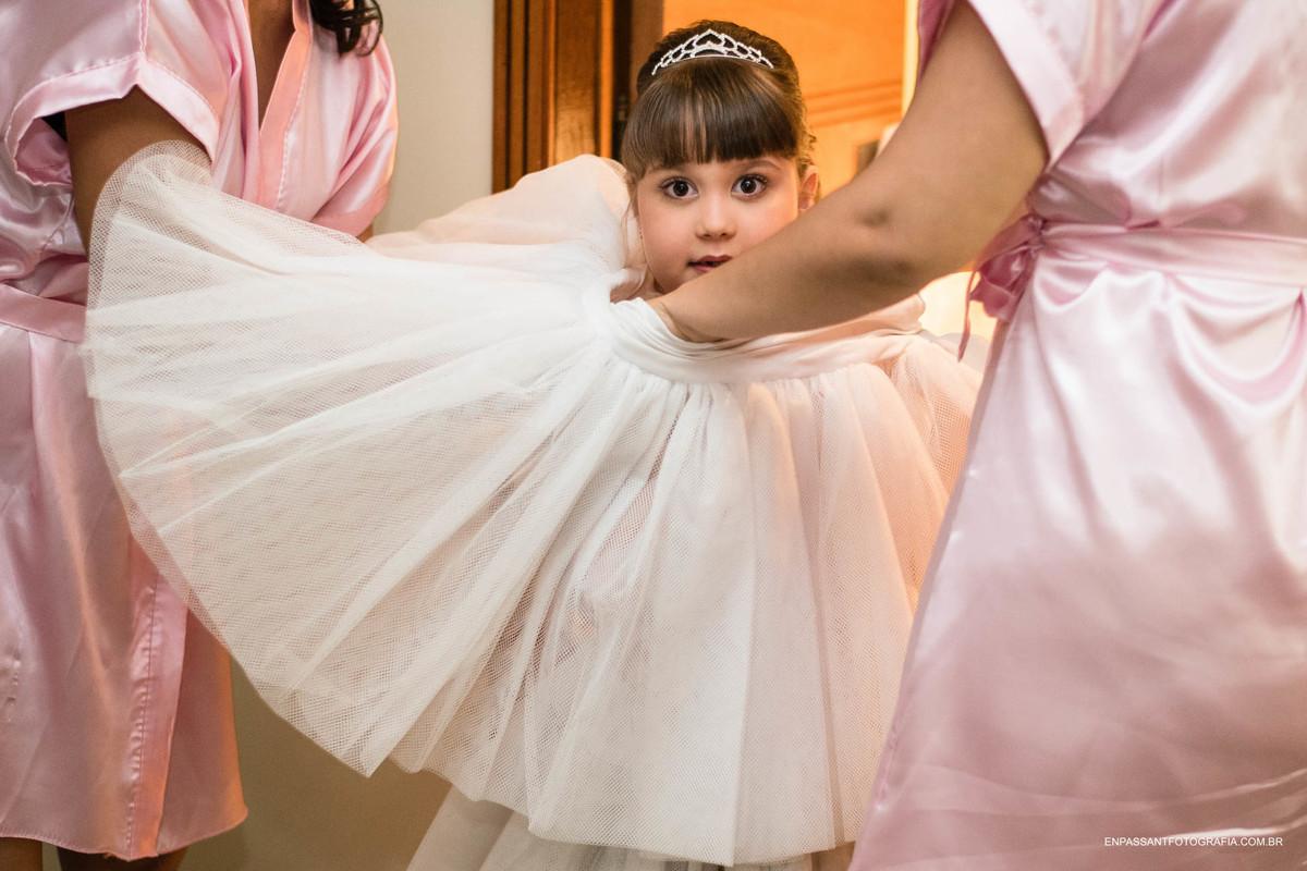 daminha colocando o vestido