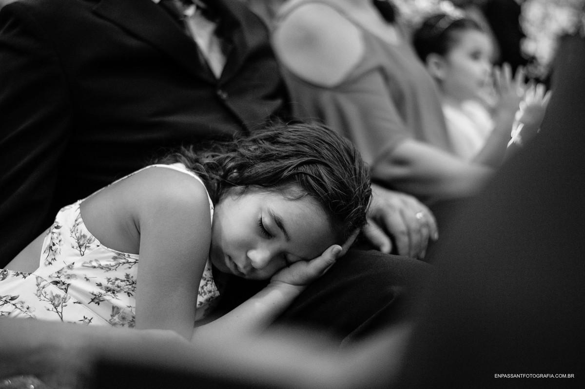 criança dormindo no colo da mãe