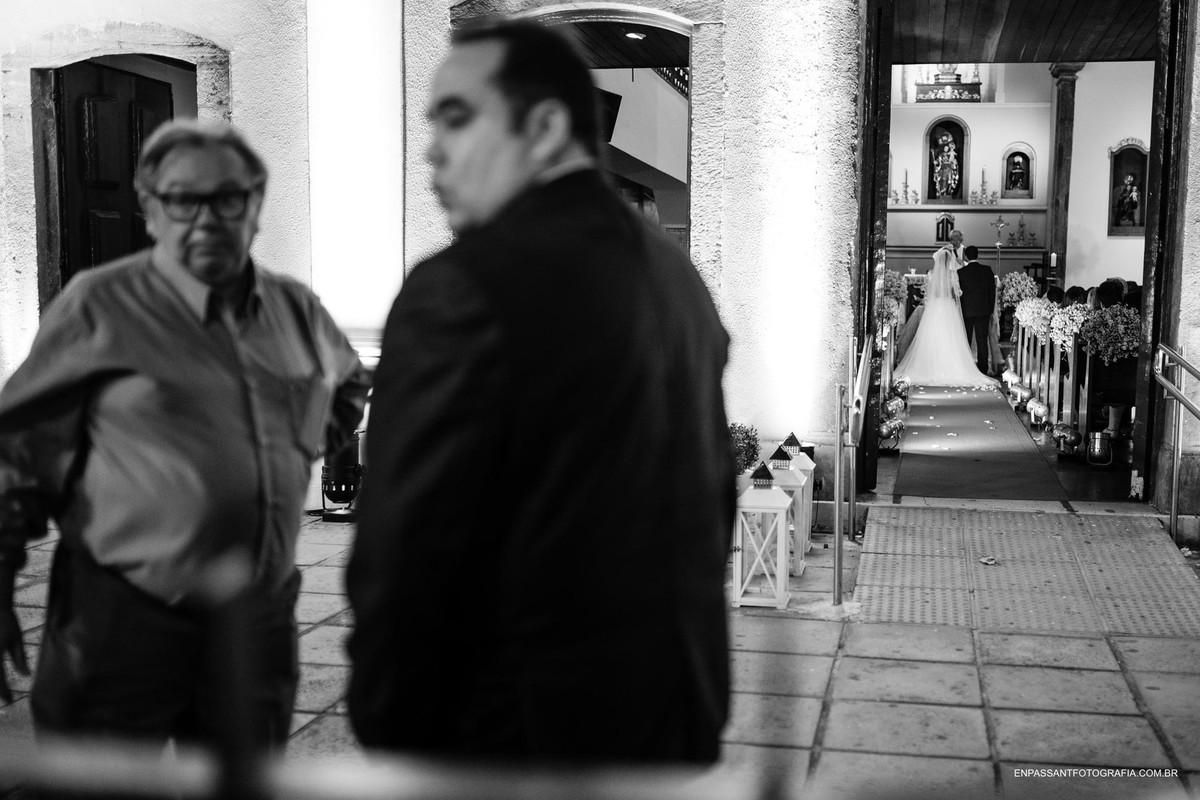 vista de fora da igreja com dois homens conversando