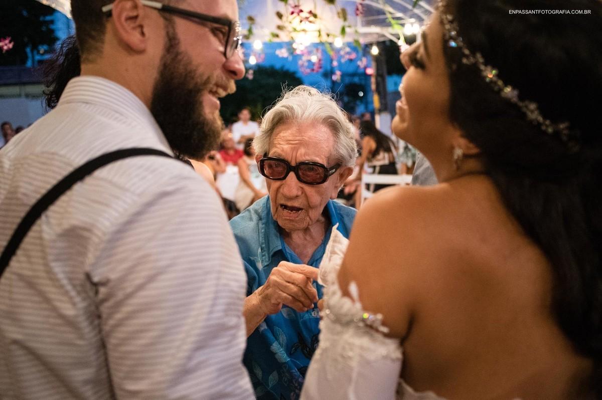 avó da noiva falando com os noivos