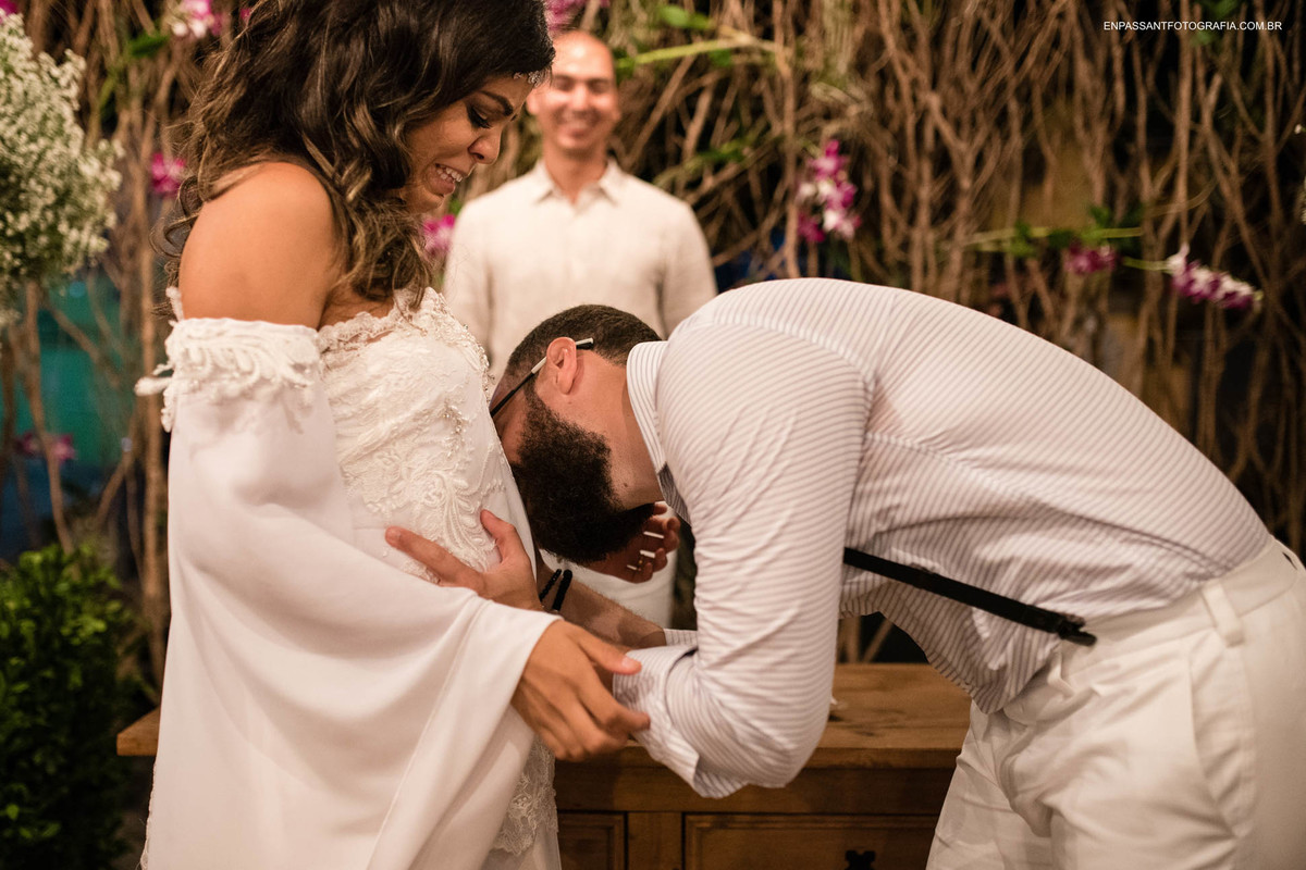 noivo beijando barriga da noiva
