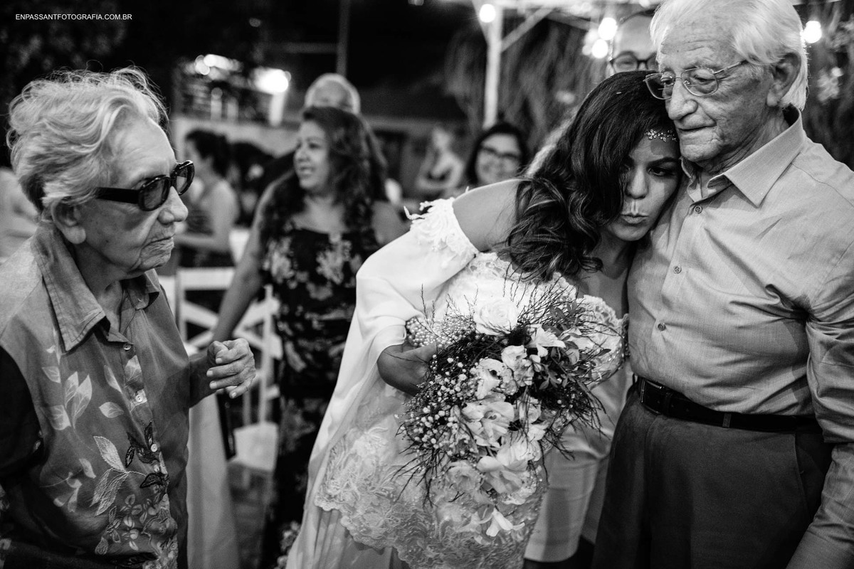 noiva abraçando avô