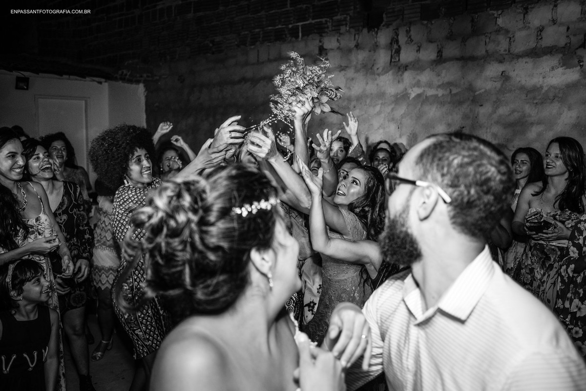 noiva joga buquê pra mulheres