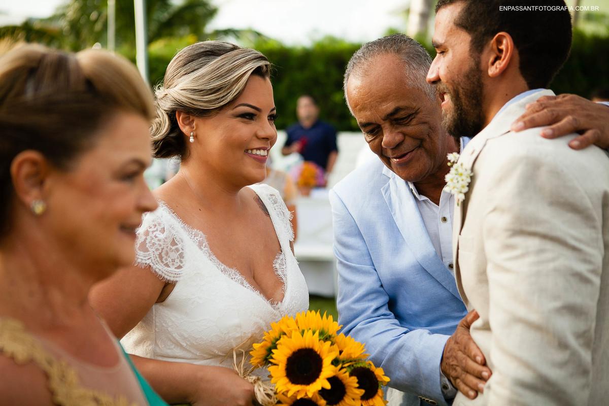 pai da noiva abraçando noivo