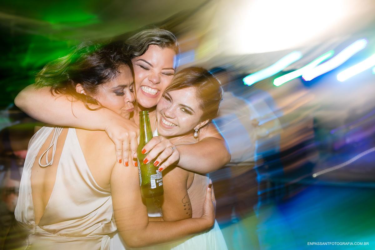 noiva abraçada com amigas