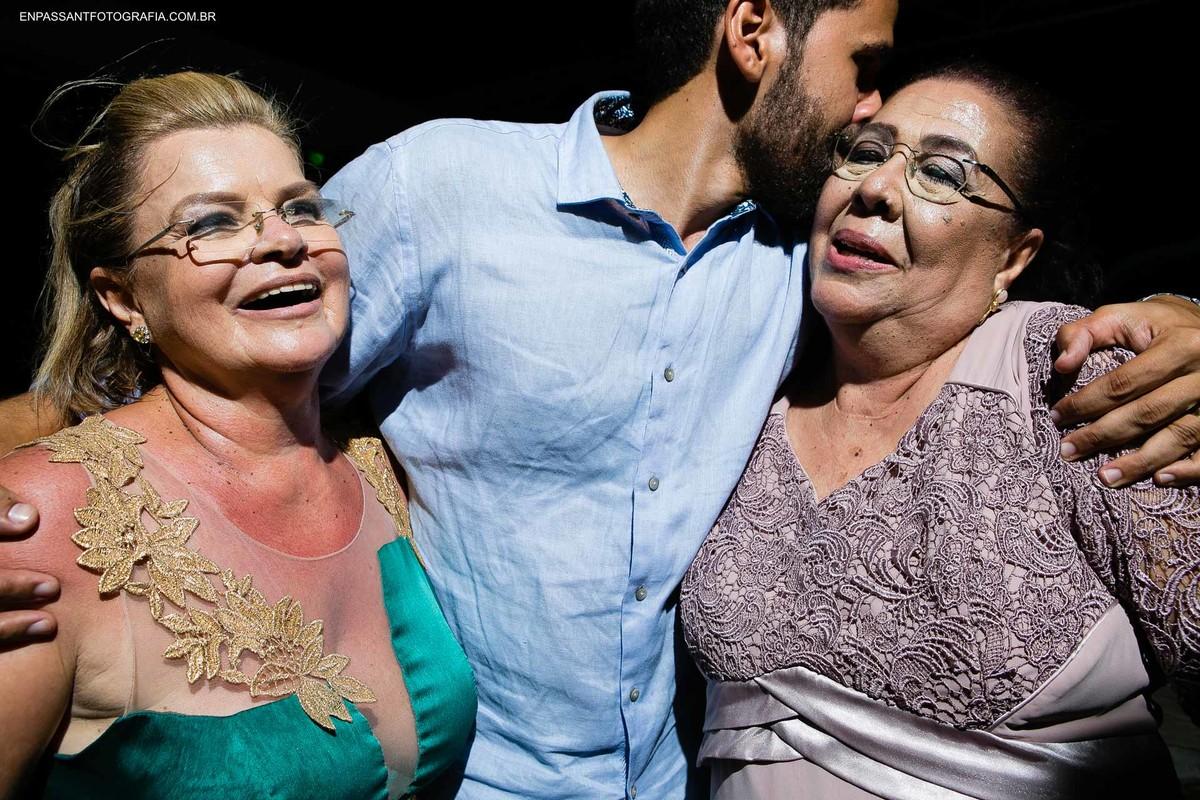 noivo beijando mãe e sogra