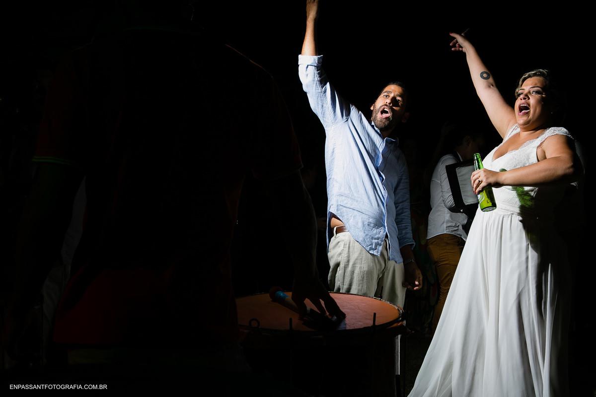 noivos dançando e cantando
