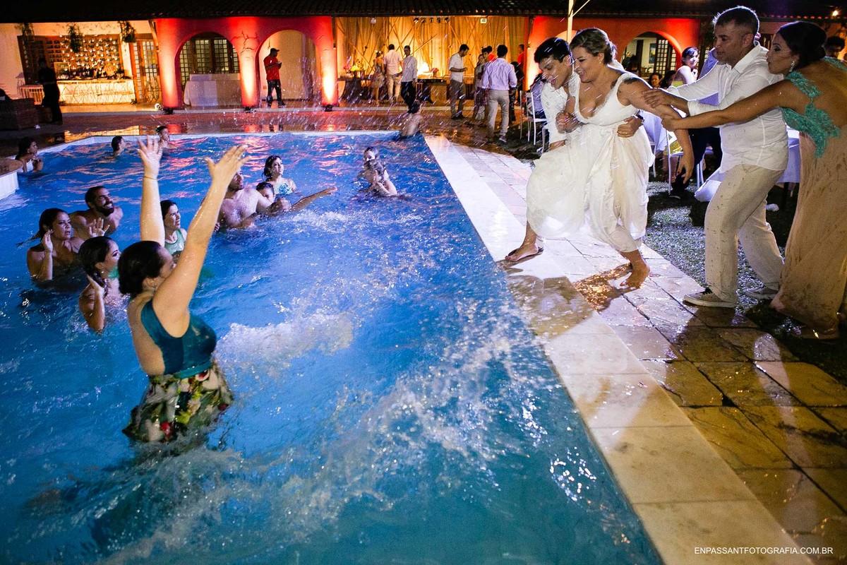 noiva pulando na piscina