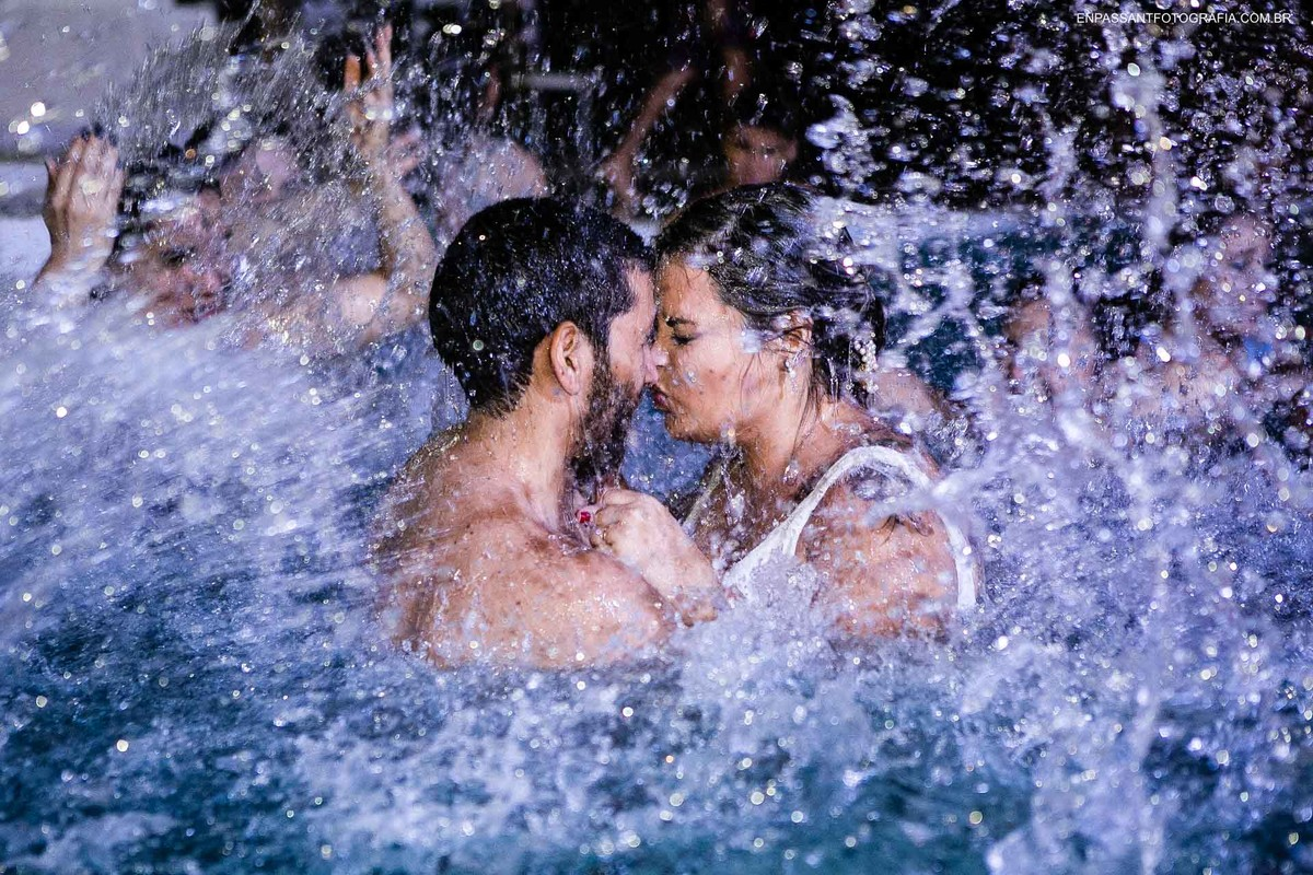 noivos se beijando na piscina