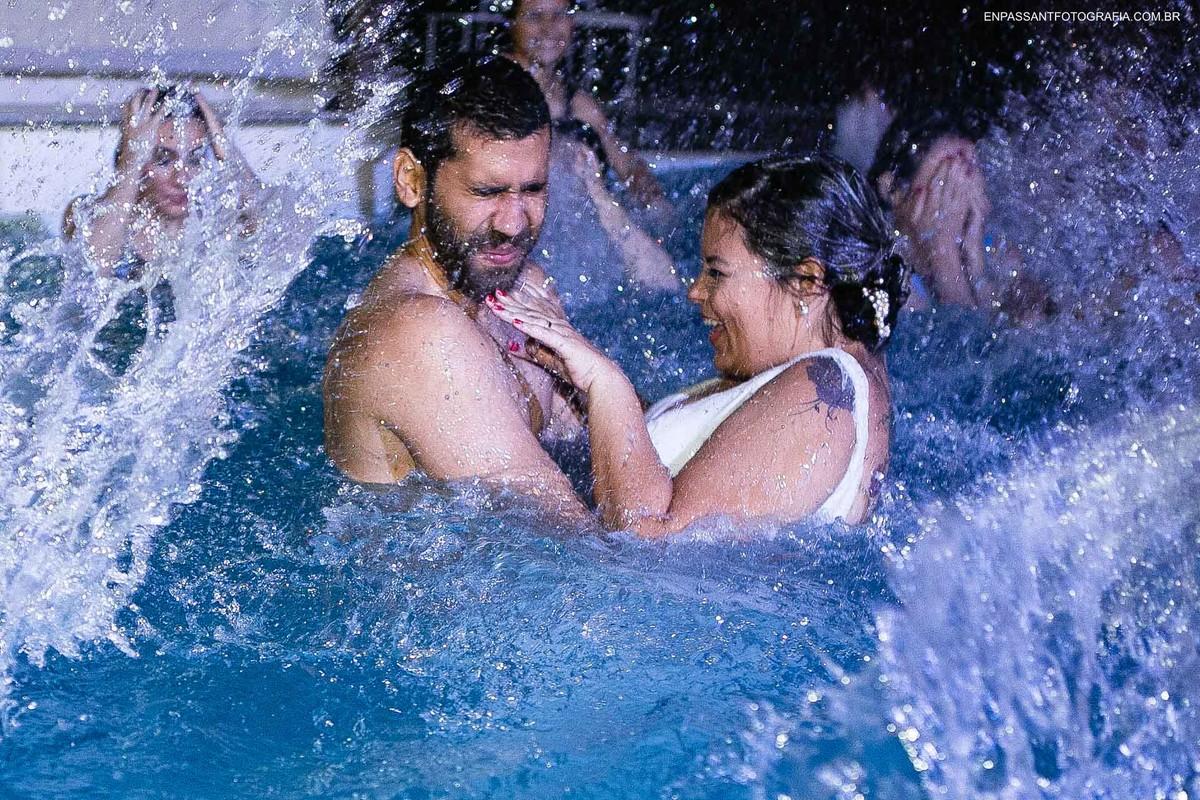 noivos levando água na cara na piscina