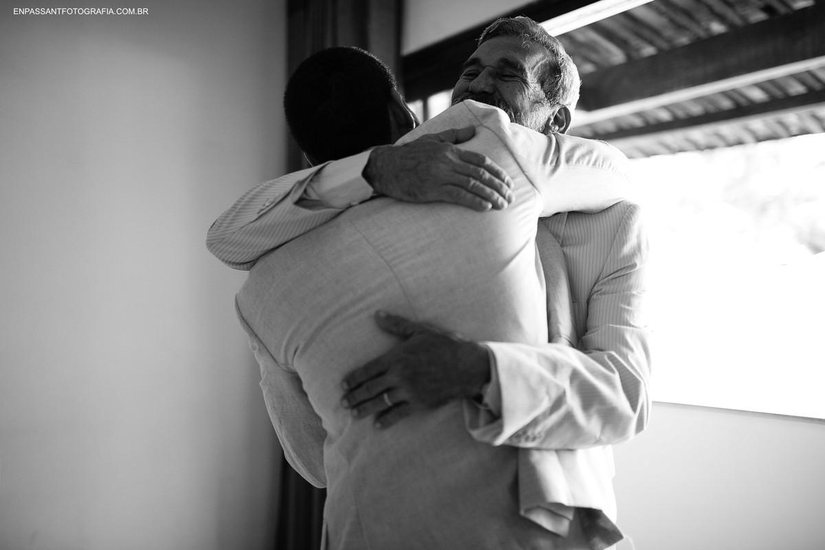 noivo abraçando pai