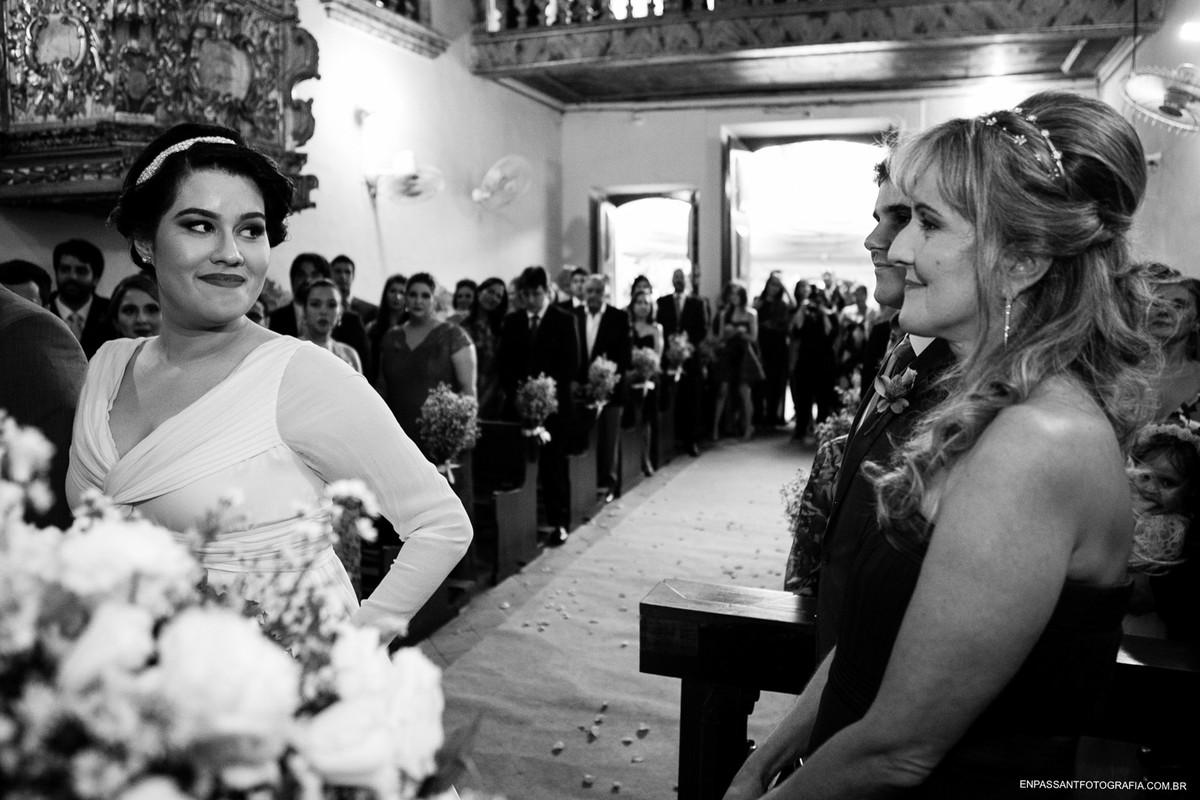 noiva e sua mãe se olham e sorriem