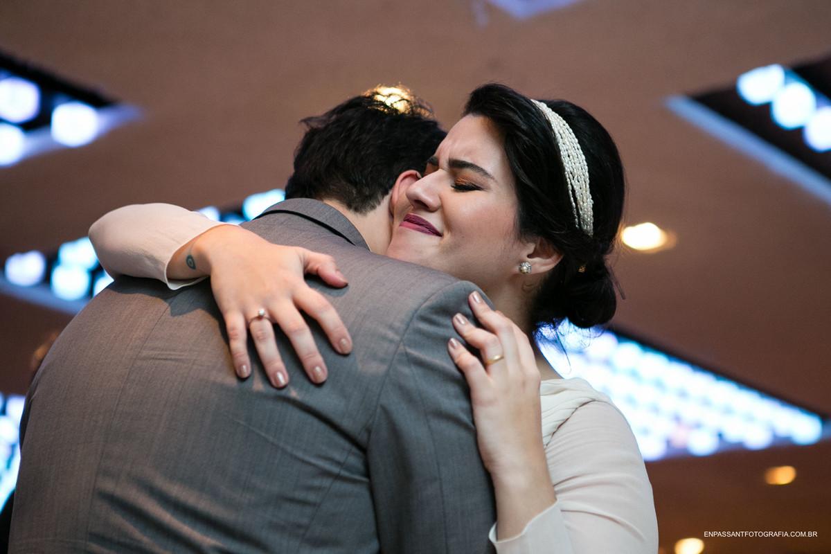 noivos se abraçam emocionados