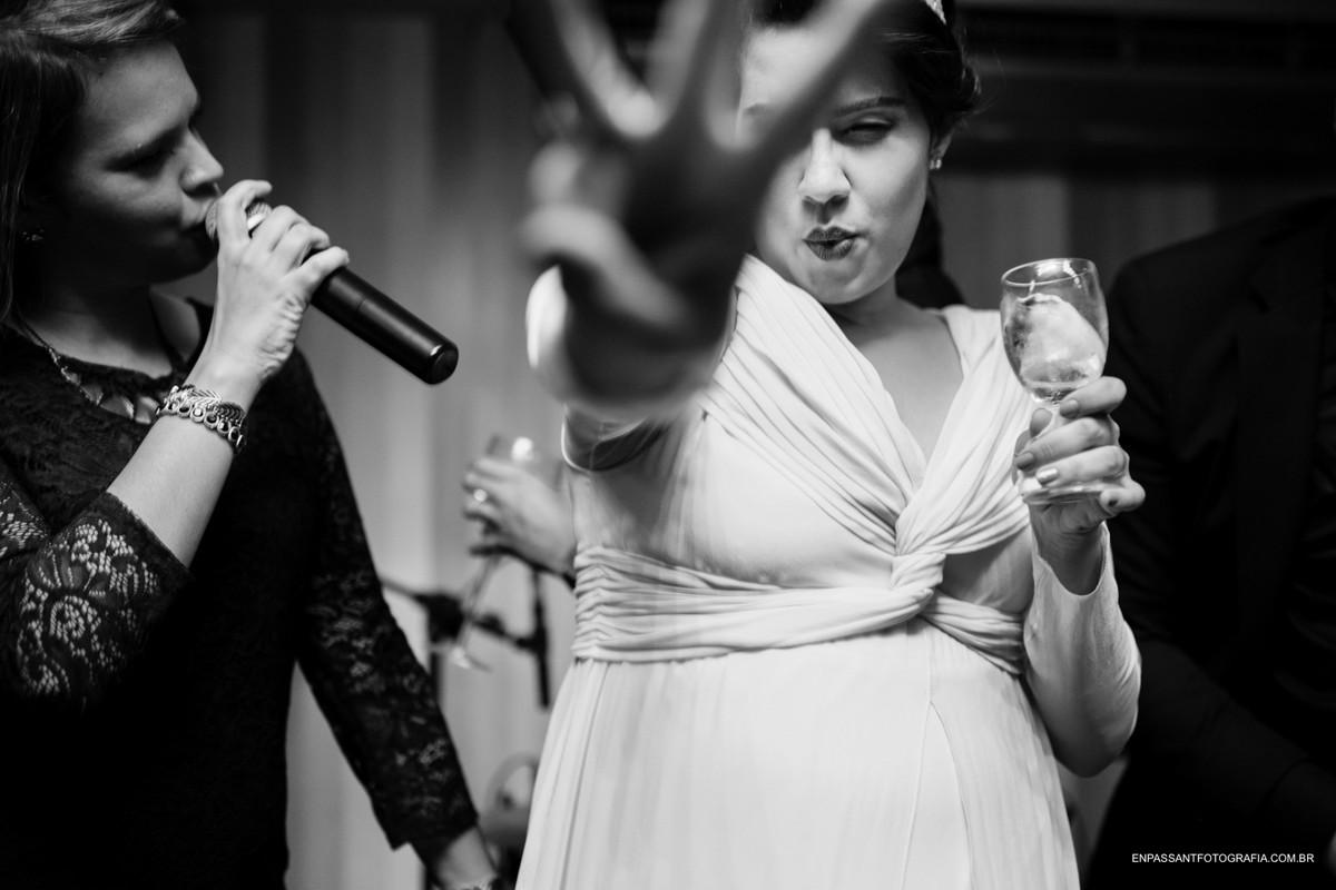 noiva dança ao lado da cantora