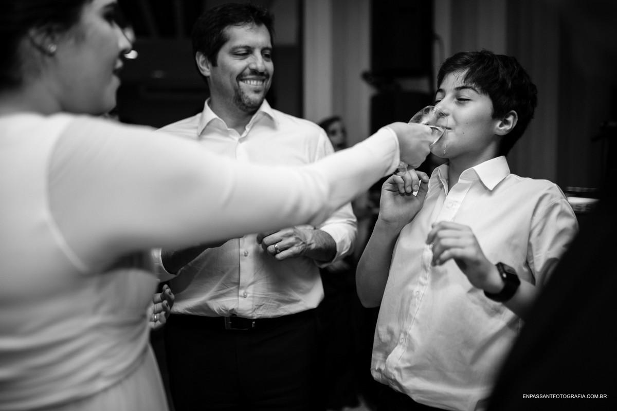 noivo dá água a cunhado enquanto amigos observam