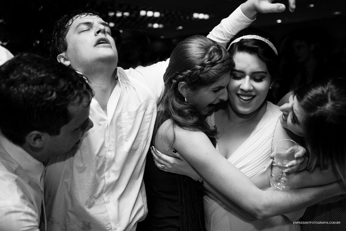 noivos com amigos dançando