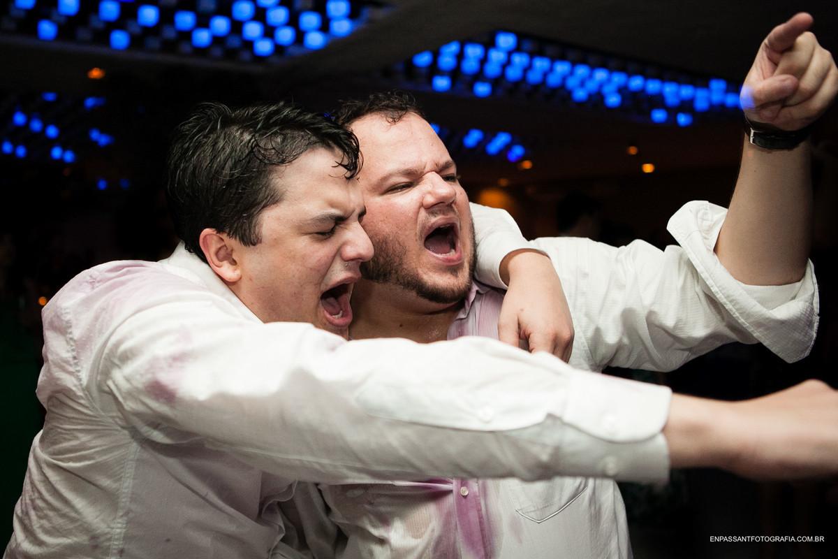 noivo e amigo gritando e dançando