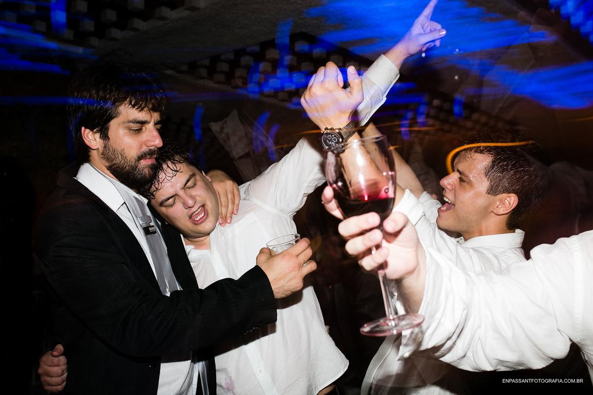 noivo e amigos dançando e bebendo