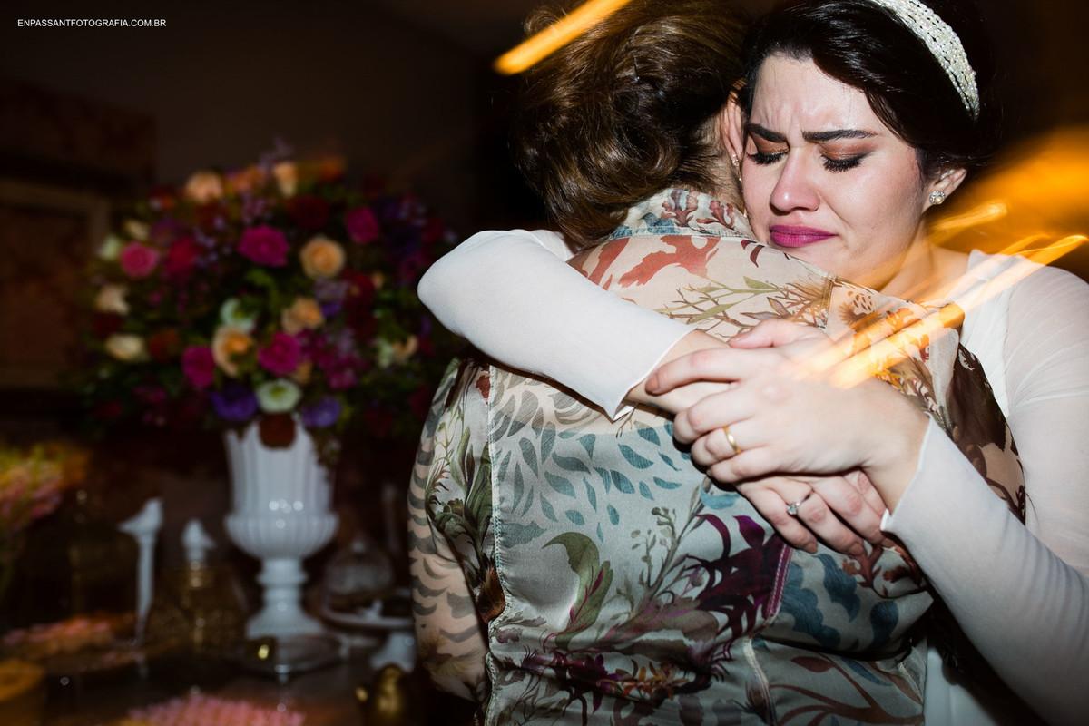 noiva e avó se abraçando e chorando