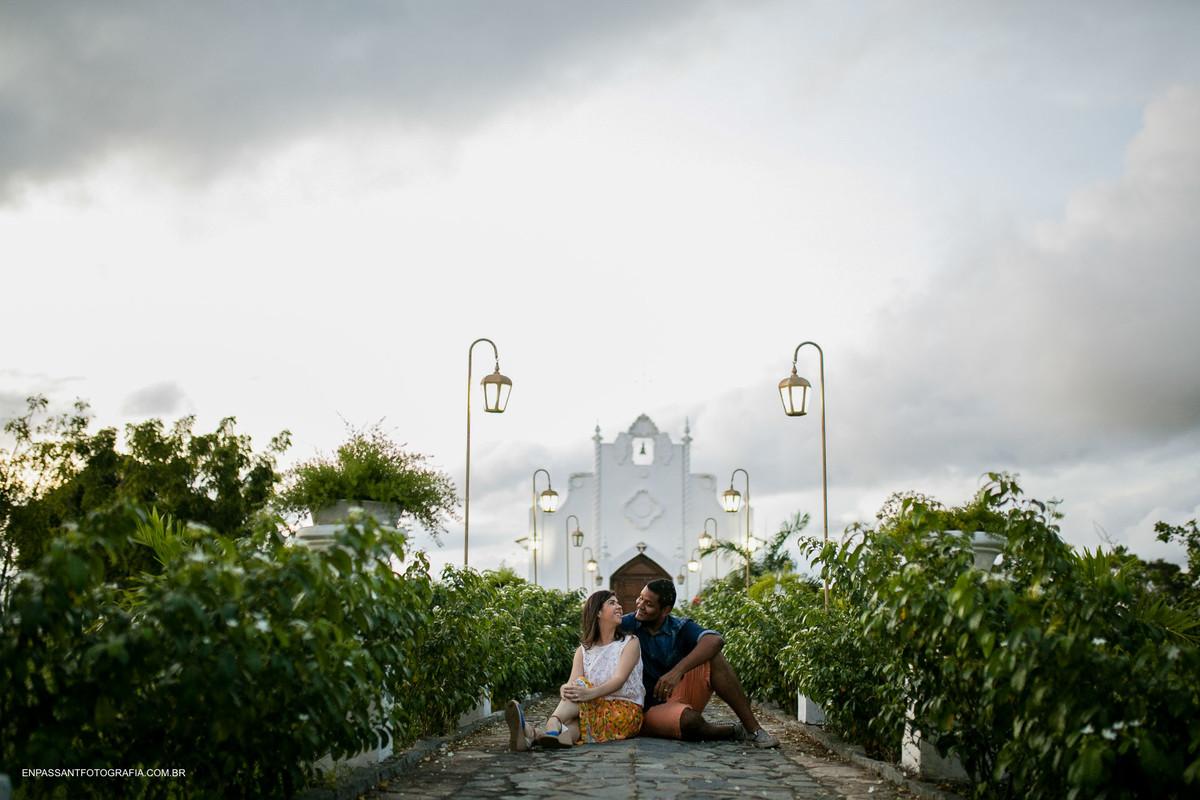 casal sentado em frente a igreja