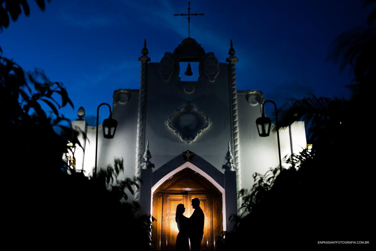 casal abraçado em frente a igreja