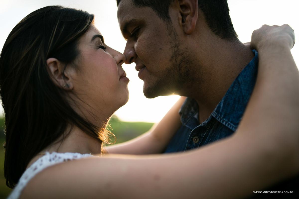 casal encostando nariz
