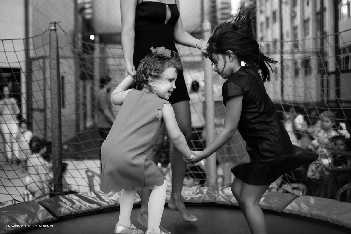 crianças no pula pula