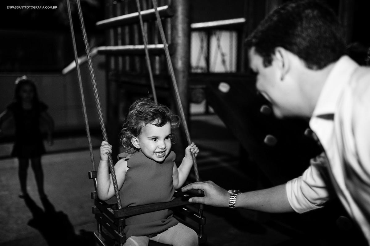 criança no balanço com o pai