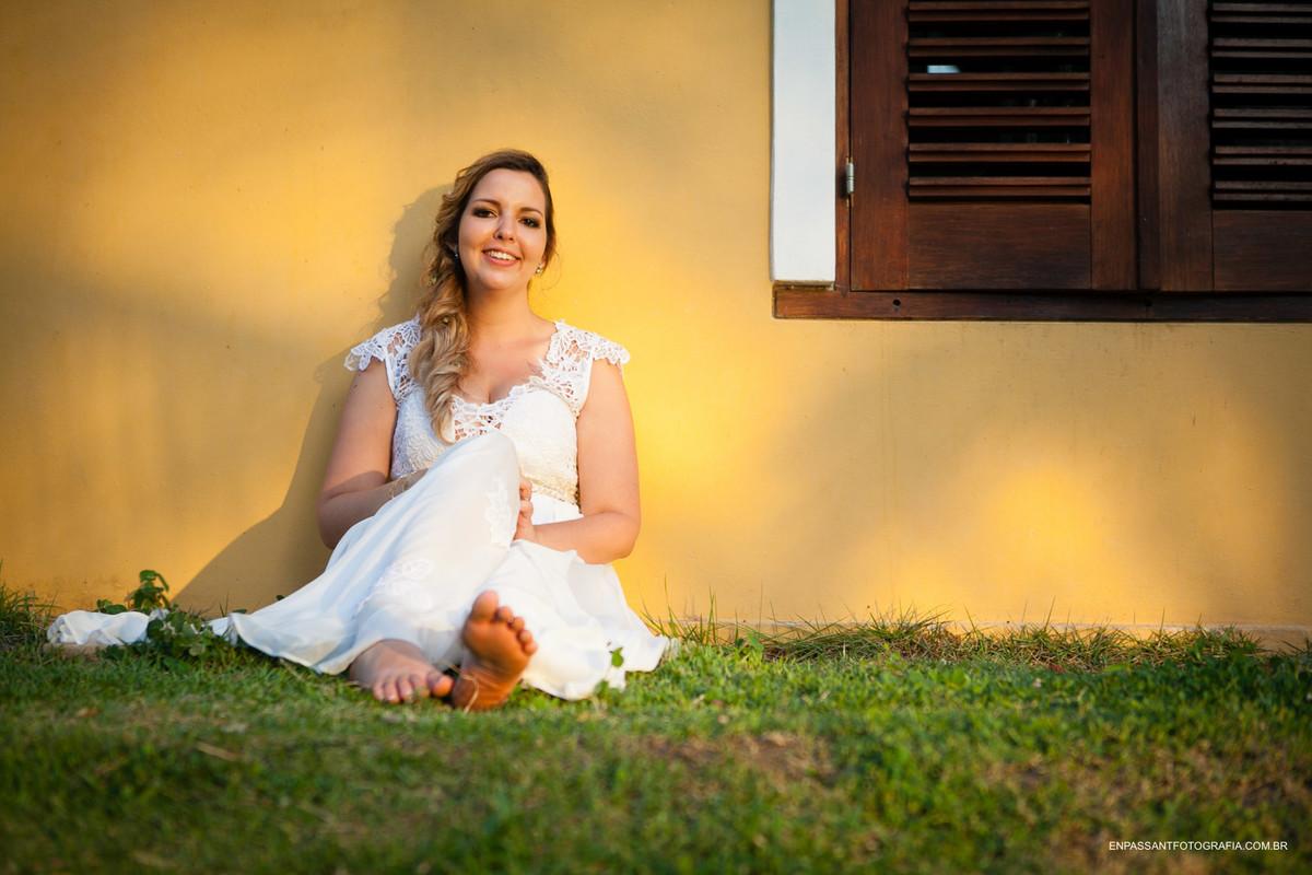 noiva sentada num gramado ao sol