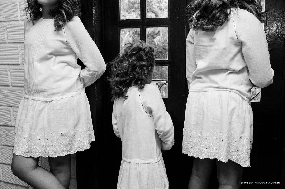 crianças olhando pela janela