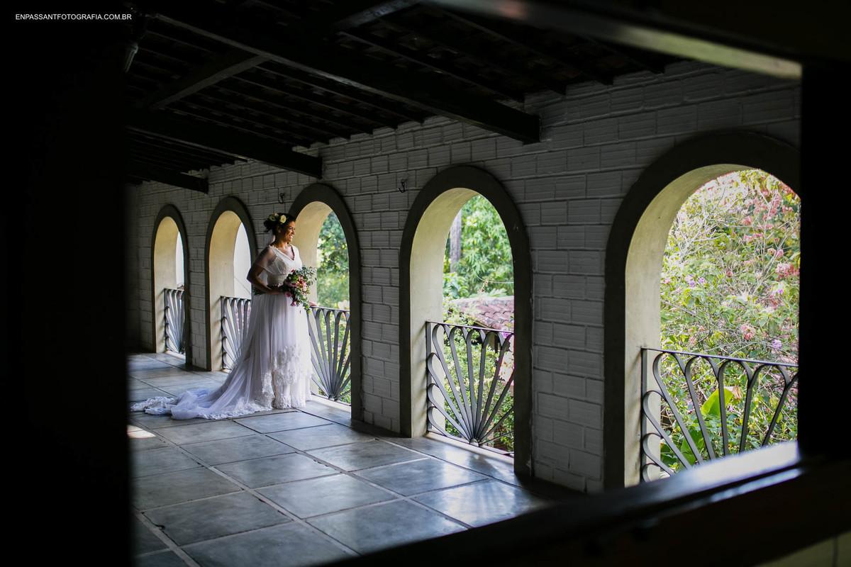 noiva próxima à janela