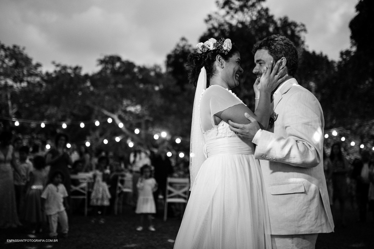noiva faz carinho no noivo durante dança