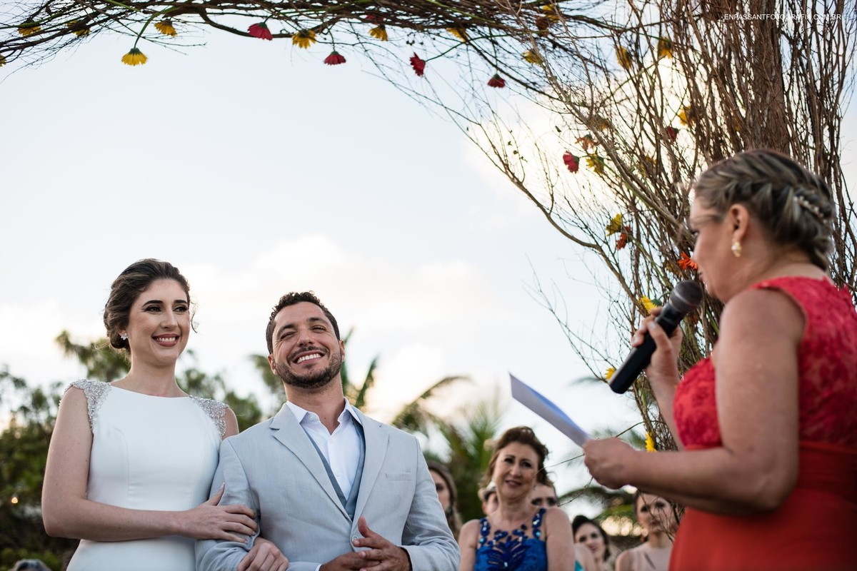 noivos sorrindo na cerimônia