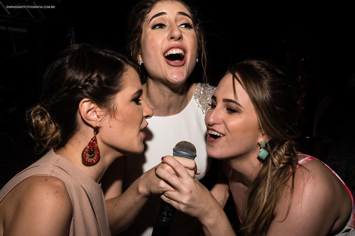 noiva e convidadas cantando