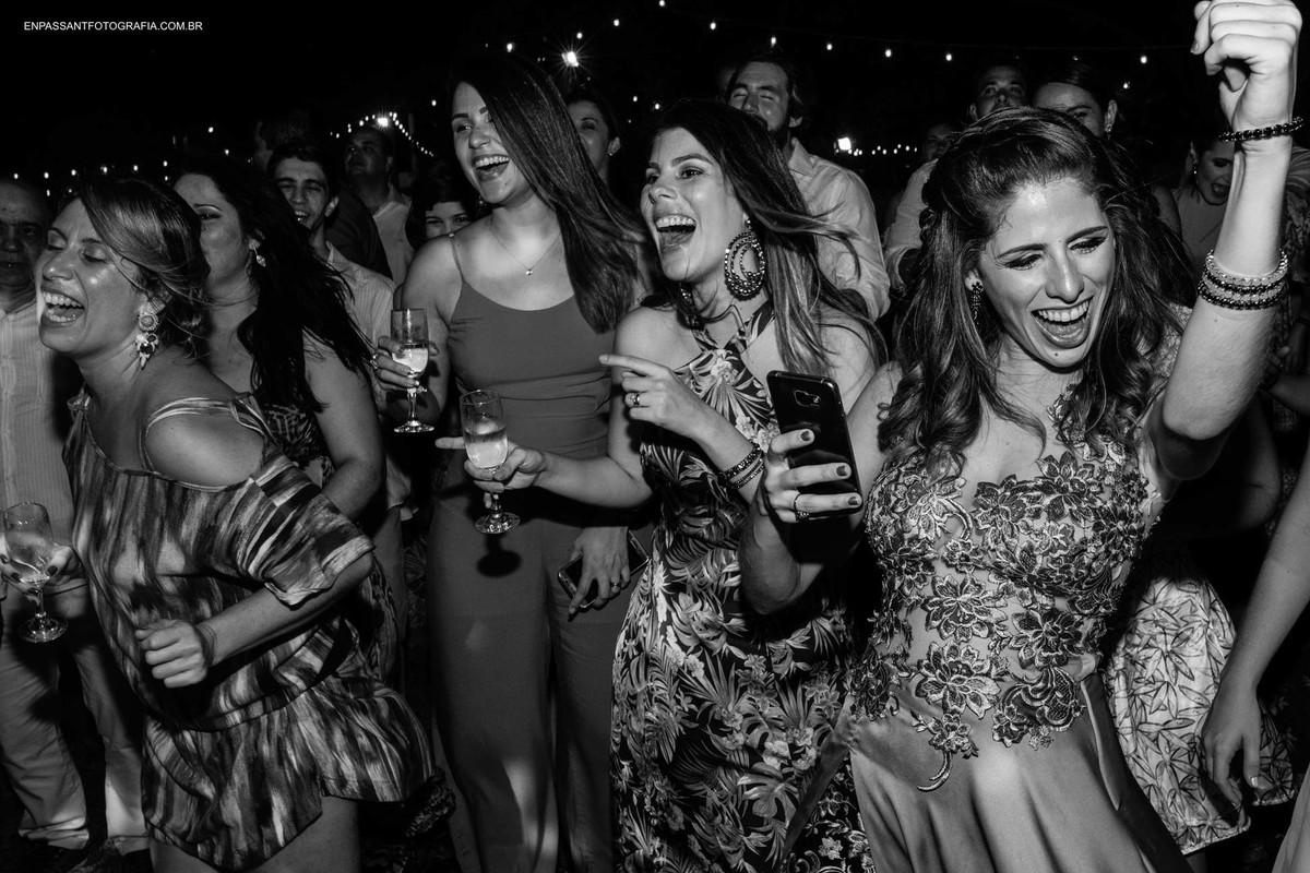 convidadas dançando