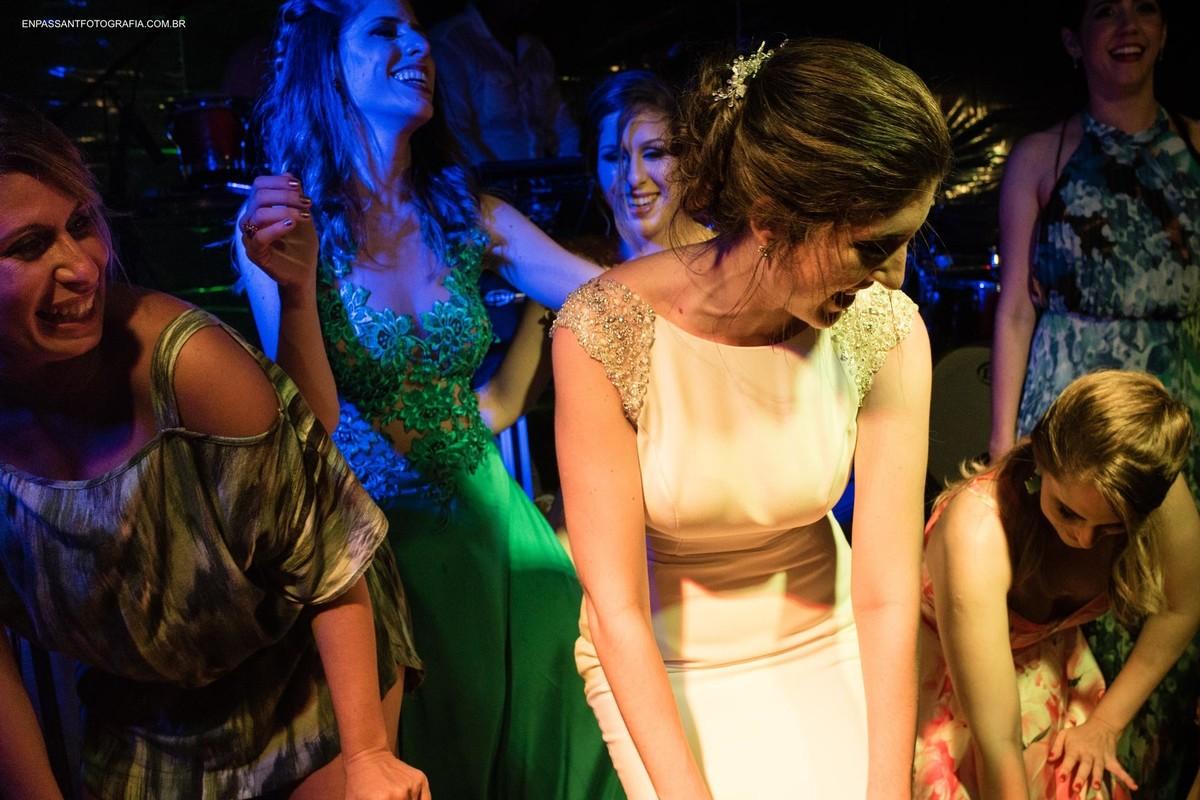 noiva e convidadas dançando