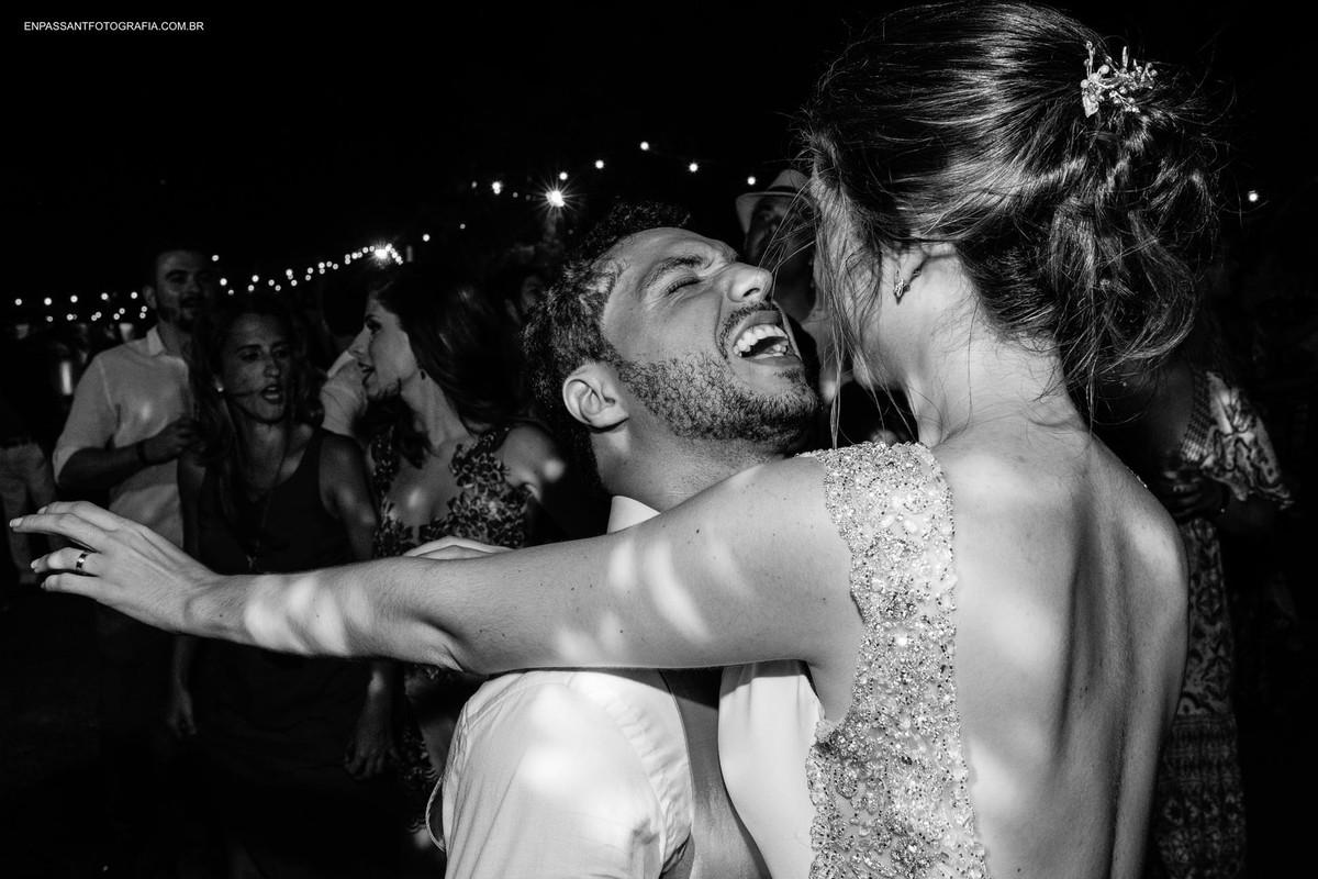 noivos se abraçam enquanto noivo grita
