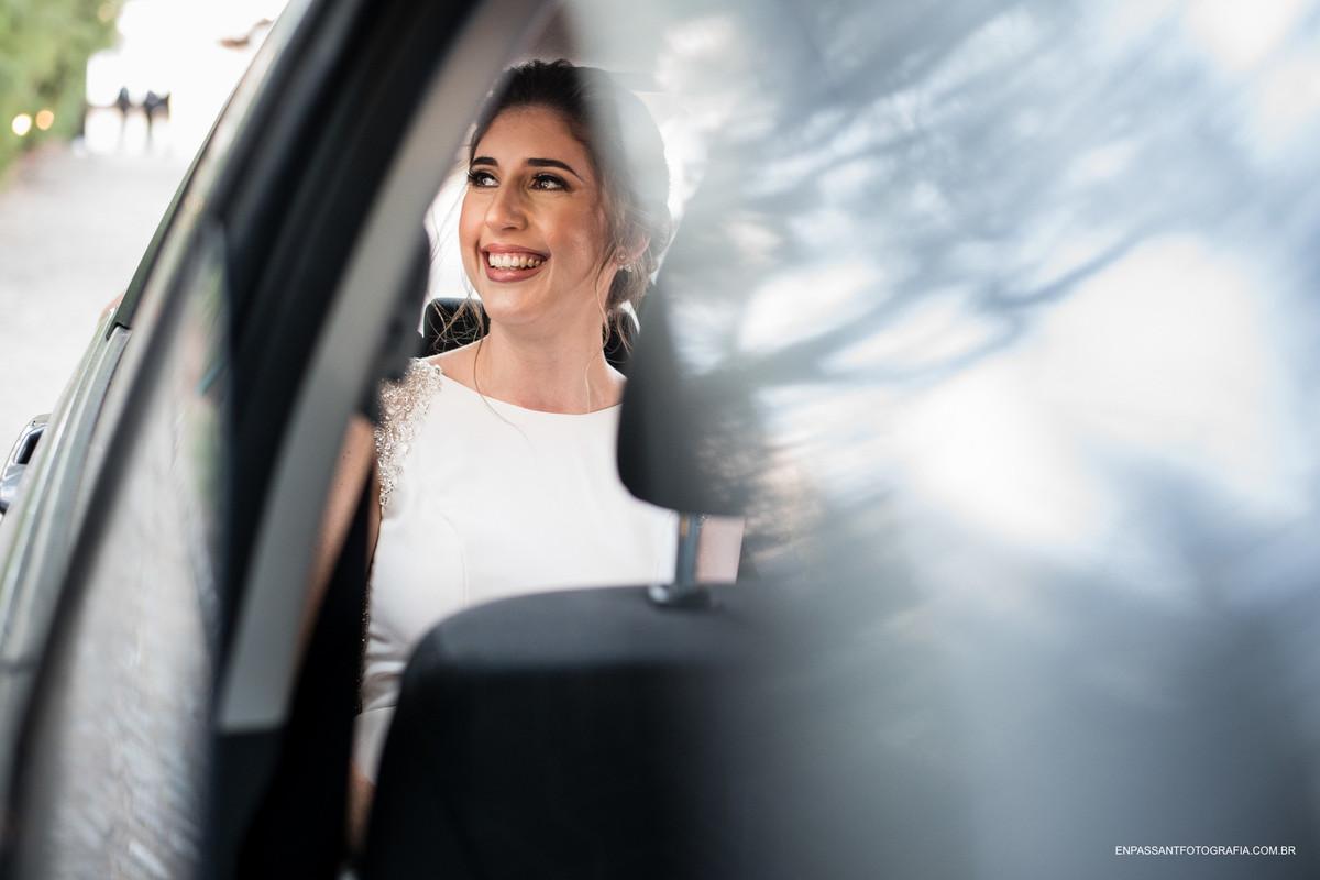 noiva chegando na igreja