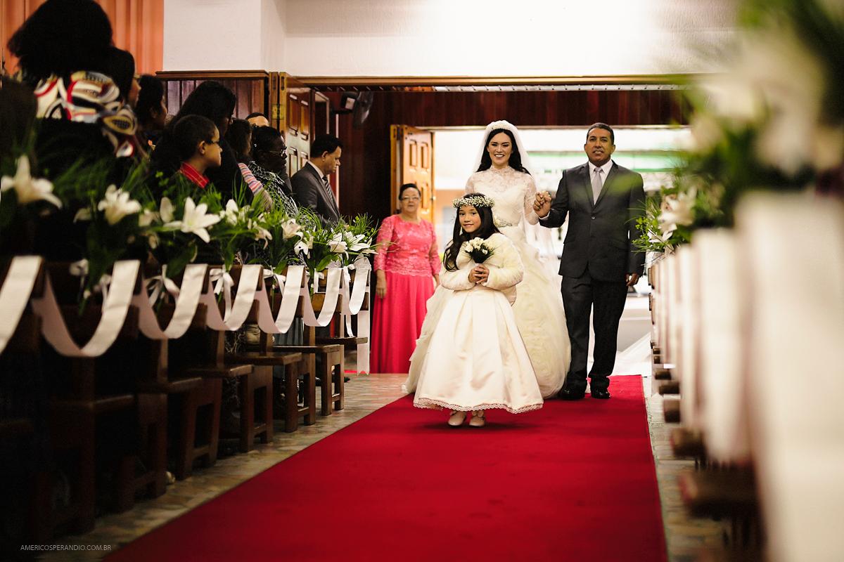entrada da noiva, vestido para noiva, noiva classica, roupa daminha, pai da noiva,