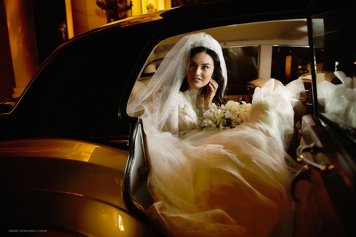 carro para noiva, vestido de noiva, fotos de casamento, noiva moderna, buquê de noiva, noiva no carro, americo sperandio, buffet america, tatuapé