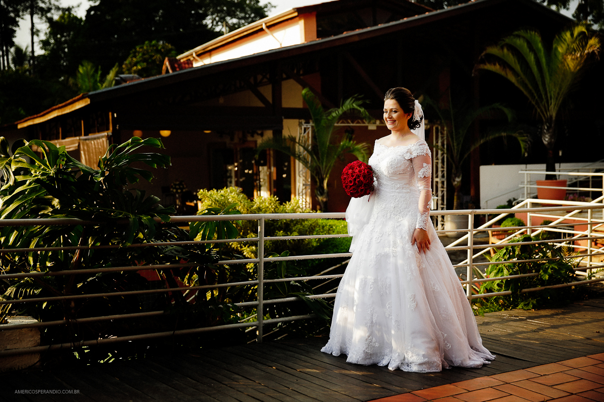noiva classica, buque vermelho, Chacara Recanto do Sol, americo sperandio, fotos de casamento
