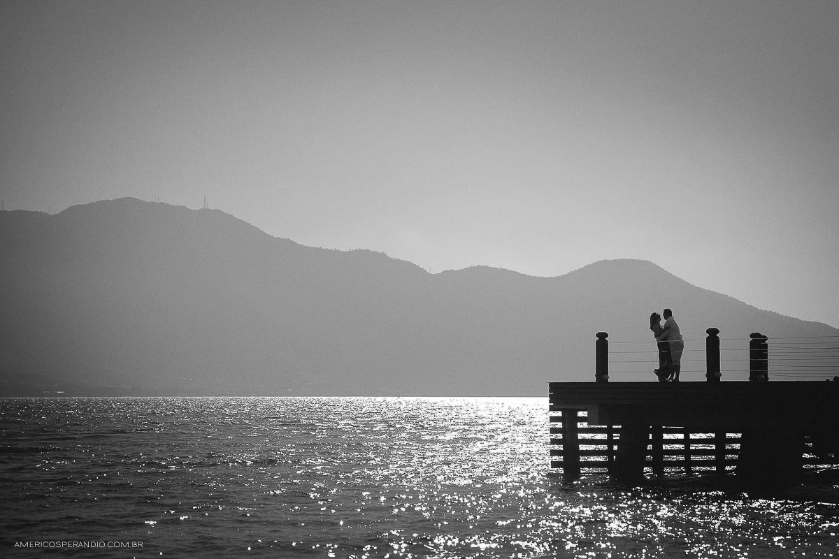 ensaio na praia, ilha bela, são sebastião, ensaio casal, pre wedding, fotojornalismo, americo sperandio, fotografia na praia caminhando no pier, Praia de Castelhanos