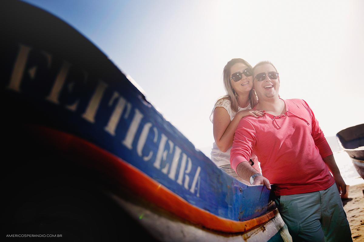 ensaio na praia, ilha bela, são sebastião, ensaio casal, pre wedding, fotojornalismo, americo sperandio, fotografia na praia caminhando no pier, fotos no barquinho