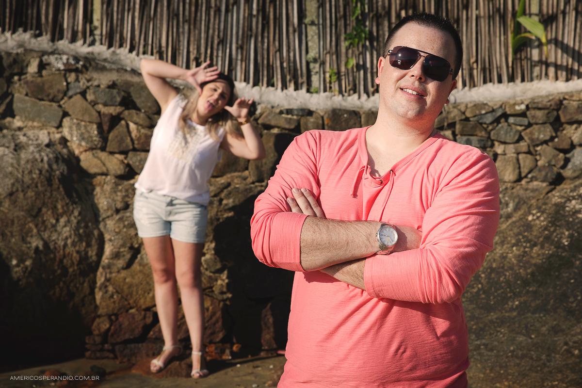 ensaio na praia, ilha bela, são sebastião, ensaio casal, pre wedding, fotojornalismo, americo sperandio, fotografia na praia caminhando no pier, Praia de Castelhanos, fazendo careta