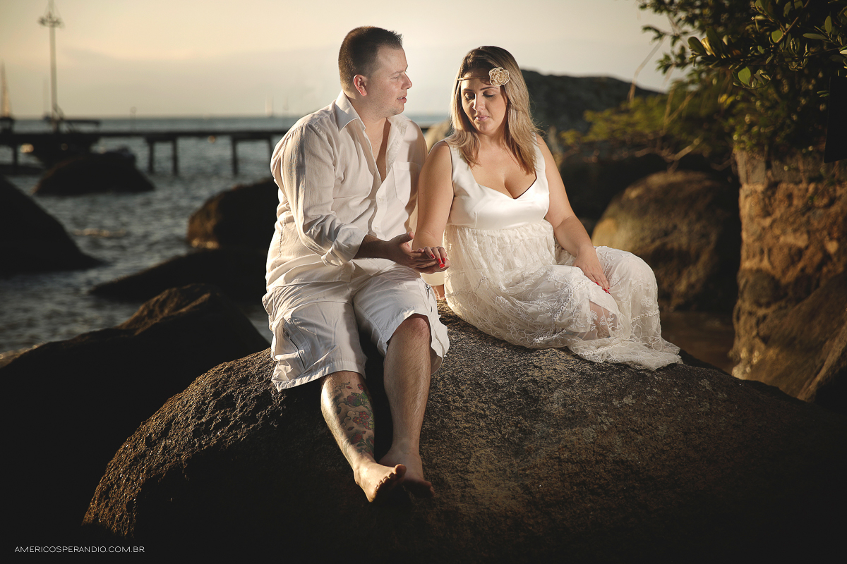 ensaio na praia, ilha bela, são sebastião, ensaio casal, pre wedding, fotojornalismo, americo sperandio, fotografia na praia caminhando no pier, Praia de Castelhanos, Praia do Perequê