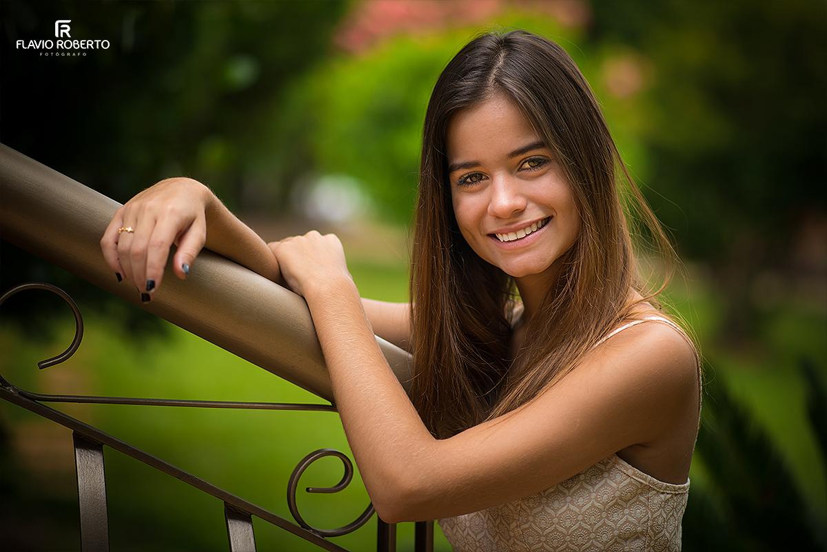 modelo sorrindo durante ensaio fotográfico