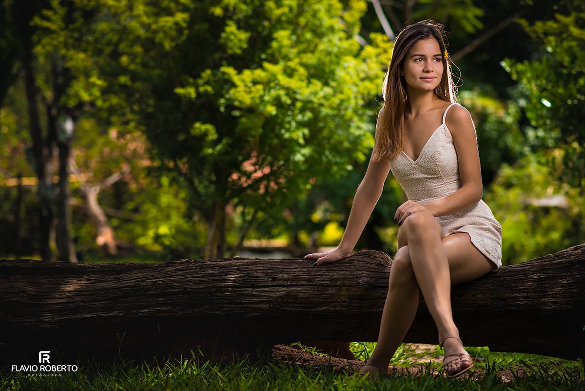 modelo sentada na árvore