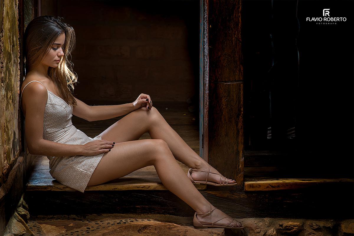 modelo sentada na casa antiga