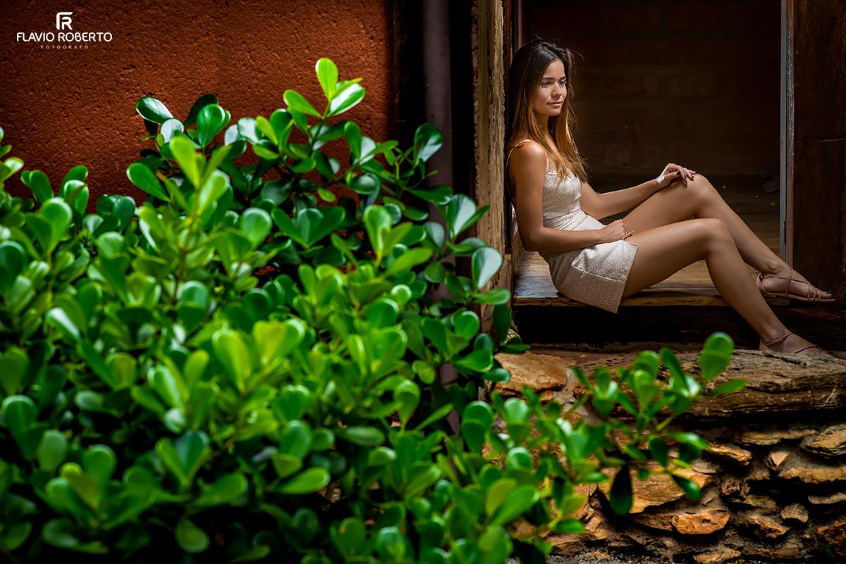 modelo sentada na varanda