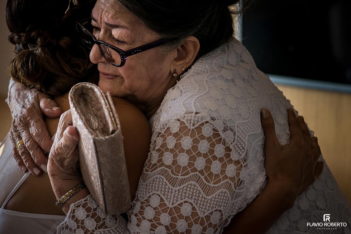 avó abraçando a Noiva